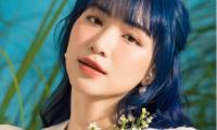 Sau bao lần băn khoăn chọn màu tóc, Hoà Minzy cuối cùng cũng biến hình với mái tóc xanh lạ lẫm